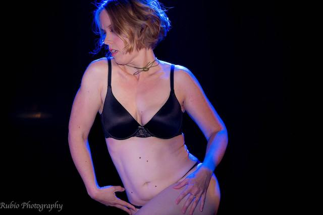 image-of-flying-curves-dance-studio-sexy-burlesque-performer-on-stage